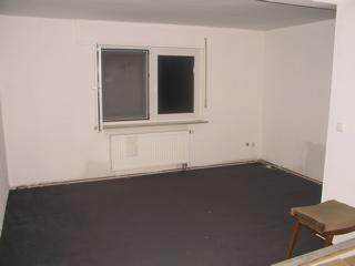 Zu Beginn Ein Großer Raum, Durch Eine Zwischenwand Schlecht Aufgeteilt .